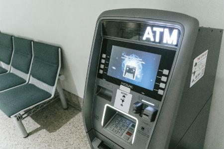 海外ATMから現地通貨を引き出す手順
