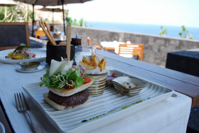 海外でのクレジットカードの使い方。レストランではどう支払う?